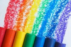 Ein Regenbogen gezeichnet mit Rotem, Orange, Gelbem, Grünem, Blauem, Indigo und purpurrote Zeichenstifte lizenzfreie stockfotos