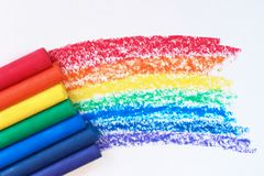Ein Regenbogen gezeichnet mit Rotem, Orange, Gelbem, Grünem, Blauem, Indigo und purpurrote Zeichenstifte stockbild