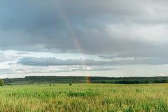 Ein Regenbogen im Himmel nach einem Regen Lizenzfreie Stockfotos