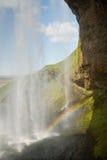 Ein Regenbogen am Seljalandsfoss-Wasserfall, Island stockbild