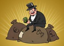 Ein Reicher, der auf einer Tasche mit Geld sitzt lizenzfreie stockfotos