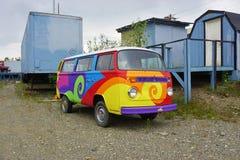 Ein Reisemobil Weinlese Volkswagens (VW) gemalt mit psychedelischen Hippiefarben Lizenzfreie Stockbilder