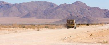 Ein Reisenabenteuerfahrzeug 4x4 verlässt die Kleinstadt der Patience in die Namib-Naukluftregion von Namibia Bestimmungsort unkno Lizenzfreie Stockfotos