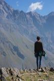 Ein Reisender, der auf Berglandschaft, Kazbeg-Berg - Kazbegi (Stepantsminda) aufpasst, Georgia Lizenzfreie Stockbilder