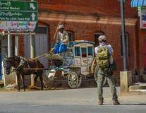 Ein Reisender, der auf Straße der alten Stadt geht stockbild