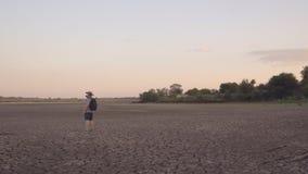 Ein Reisender geht entlang das Ufer von einer Playa stock footage