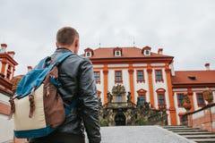Ein Reisender mit einem Rucksack betrachtet die Touristenattraktion Der Tourist betrachtet das Schloss in der Tschechischen Repub stockbilder
