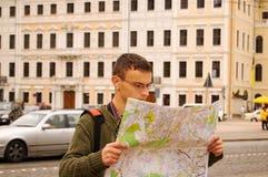 Ein Reisender mit einer Karte Lizenzfreie Stockfotos