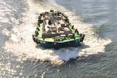 Ein reisendes Boot in Sumida Fluss von Tokyo Stockbild