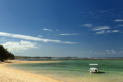 Ein reizend Meer mit Boot Lizenzfreies Stockfoto