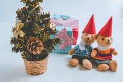 Ein reizender Bär der Paare warten Weihnachtsmann mit Weihnachtsdekoration Weihnachtsfest Drei recht reizvolle Mädchen, die Weihn Stockfoto