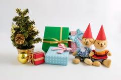 Ein reizender Bär der Paare warten Weihnachtsmann mit Weihnachtsdekoration Weihnachtsfest Drei recht reizvolle Mädchen, die Weihn Stockbilder