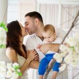 Ein reizendes Baumhaus, eine Vogelfamilie, eine Taste der Liebe und viele Herde Gl?ckliche Muttergesellschaft und Baby stockbilder