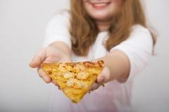 Ein reizendes Mädchengefühlinteresse und ein glücklich mit Fastfood lizenzfreie stockbilder