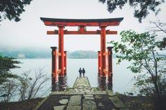 Ein reizendes Paar an Hakone-Schrein, Japan Lizenzfreies Stockfoto