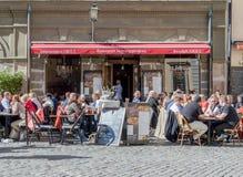 Ein Restaurant gelegen im Järntorget in der alten Stadt Stockholm Lizenzfreie Stockfotos