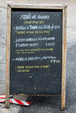 Ein Restaurantmenü geschrieben auf eine Tafel Stockbilder