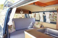 Ein Retro- Reisemobil, mit der Tür offen Innenraum zeigen Stockbilder