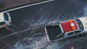 Ein Rettungsfahrzeug hetzt, um die Effekte der Überschwemmung von den starken Strömen des Wassers nach einem Hurrikan zu beseitig stock video