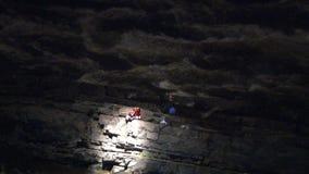 Ein Rettungshubschrauber evakuiert Opfer stock video