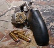 Ein Revolver auf einem camo Hintergrund stockfotos