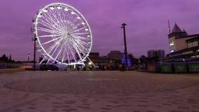 Ein Riesenrad belichtet nachts stockfotos