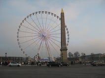 Ein Riesenrad nahe bei dem Luxor-Obelisken, Paris lizenzfreie stockfotografie