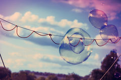 Blasen-Stabs-Seifen-Seifenlösungs-Spiel, das draußen QuerprozeßXpro spielt Stockbilder