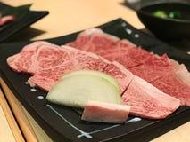 Ein Rindfleisch auf der Platte mit Fett und Zwiebel Lizenzfreies Stockbild