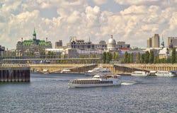 Ein Riverboat auf dem St Lawrence River mit der Montreal-Stadt Hal Lizenzfreies Stockfoto