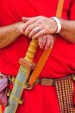 Ein römischer Soldat steht seine Hände auf seiner Klinge still Stockbilder