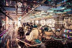 Ein Roboter-Restaurant-Aufenthaltsraum des flüchtigen Blicks innerer in Tokyo, Japan Lizenzfreie Stockfotos