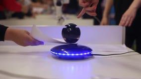 Ein Roboterball hängt in der Luft Moderne Robotertechnologien Künstliche Intelligenz Kybernetische Systeme heute HD stock video