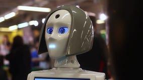 Ein Robotermädchen spricht und zieht um Moderne Robotertechnologien Künstliche Intelligenz Kybernetische Systeme heute stock video footage