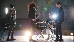 Ein Rockband, der eine Wiederholung hat stock video footage