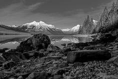 Ein Rocky Shoreline In Black And-Weiß Stockfotos