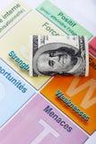 Ein rollte hundert Dollarschein- und Arbeitanalyse Stockfotos