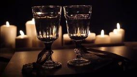 Ein romantischer Abend durch Kerzenlicht mit einem Glas Wein, HD stock video