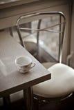 Ein romantischer und heller Kaffeinnenraum Lizenzfreie Stockbilder