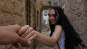 Ein romantischer Weg durch die alten Straßen stock footage