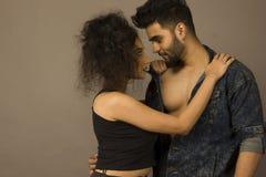Ein romantisches Paare phootoshoot in einem Studio lizenzfreies stockbild