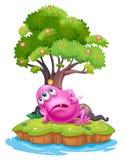 Ein rosa Beaniemonster, das unter dem Baumhaus in der Insel stillsteht Stockbild