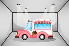 Ein rosa Eiscremeauto innerhalb der Garage Stockfotografie