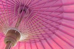 Ein rosa Regenschirm Stockfoto