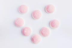 Ein rosa und weißes Gelee ist in Form von Herzen auf weißem backgro Stockfoto