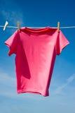 Ein rosafarbenes T-Shirt Stockbilder