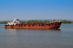 Ein rostiger Lastkahn auf einem Fluss Lizenzfreie Stockfotografie
