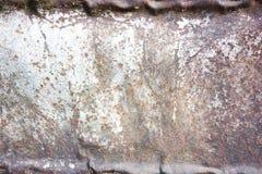 Ein rostiges und verwittertes schauendes Stück gewölbter Metallhintergrund und -c$beleuchten Stockbilder