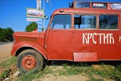 Ein roter Bus ähnlich dem verwendet im Film ', wer Singin 'dort 'ist, verwiesen von Slobodan Sijan, mit dem Text 'Krstic u. S lizenzfreie stockfotografie