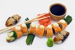 Ein roter Drache Rolls neben Sushi-Aal Stockfoto